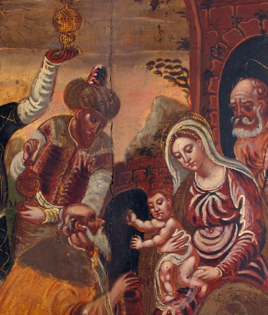 De hellige tre kongers tilbedelse. Maria med barnet på fanget sitter i forgrunnet t.h. med Josef stående i stalldøren i bakgrunnen, stallen en antikk ruin. Til venstre de tre konger, den ene  på kne ved barnets føtter, har lagt turbanen på marken, holder salvekrukke i hendene. Bak ham so stående konger, i orientalske klær m. turban på hodet, gylne røkelseskar i hendene. Bak dem vidt utsyn til aftenhimmmel og Betlehemsstjerne.
