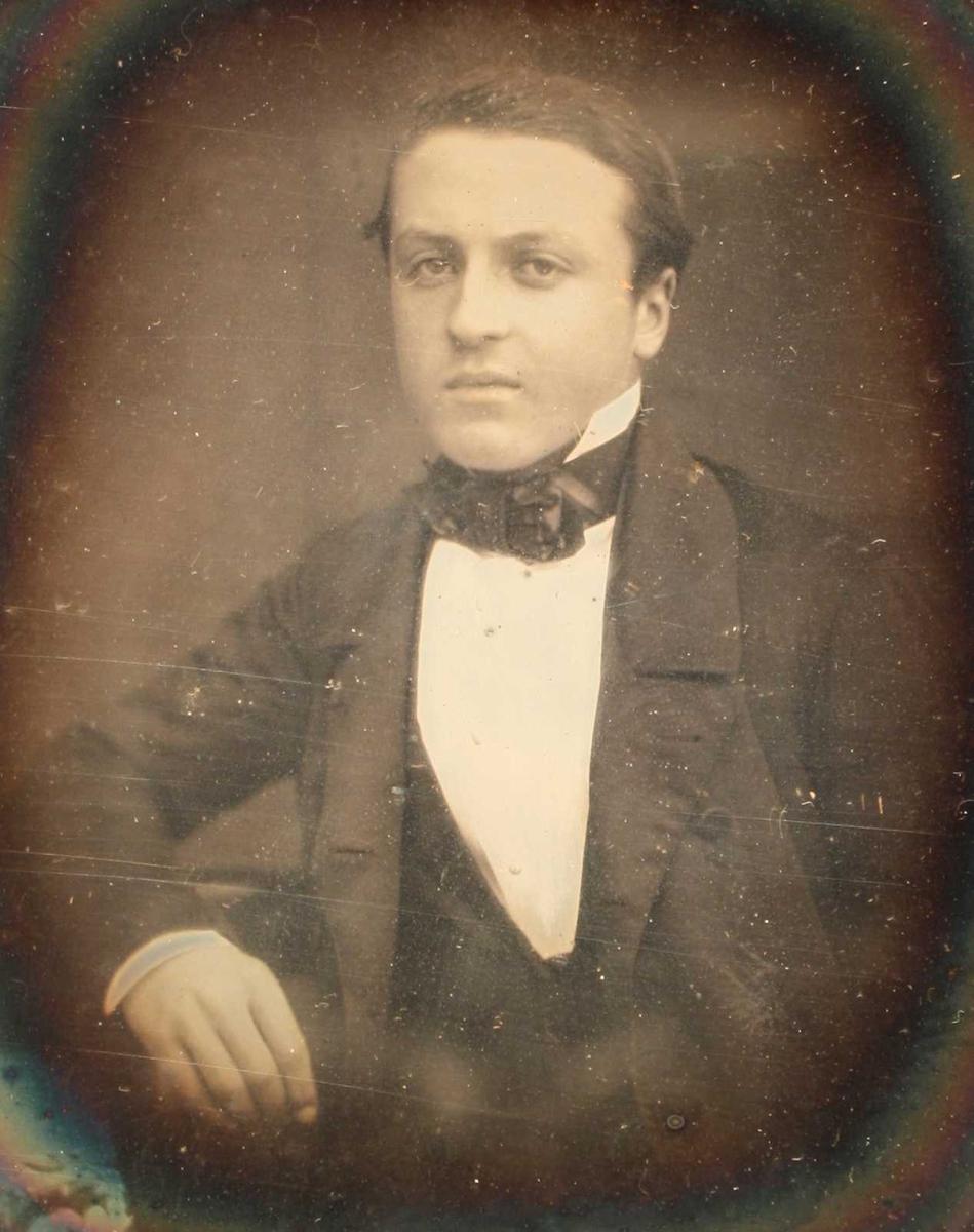 Portrett av Ferdinand Jules Bollardt 1853. Portrett av ung mann, svakt venstrevendt,  avsk.  i livet, v. arm og hånd sees. hvitt skjortebryst  og   sort sløyfe i halsen.