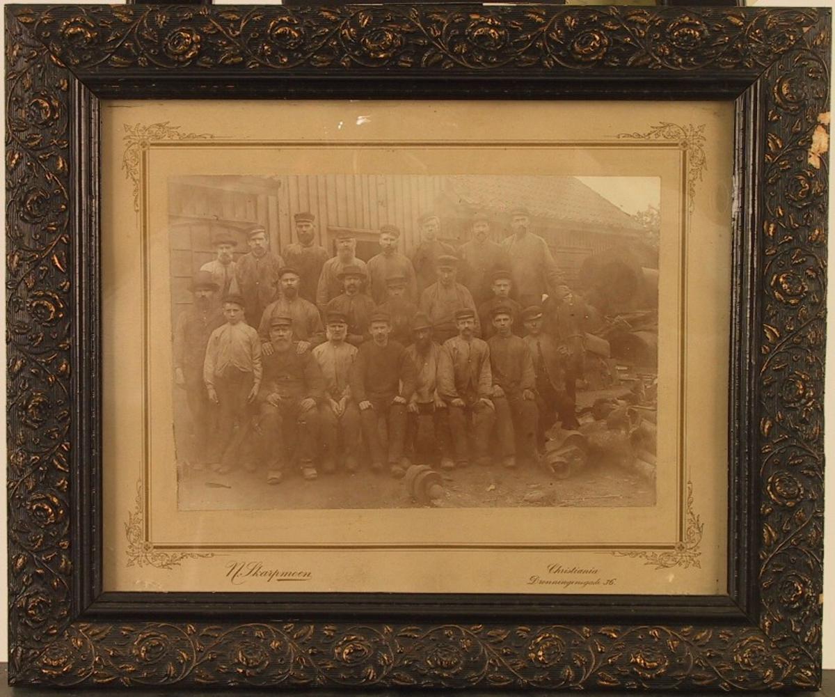 Gruppeportrett, arbeidere på Havstad jernstøperi