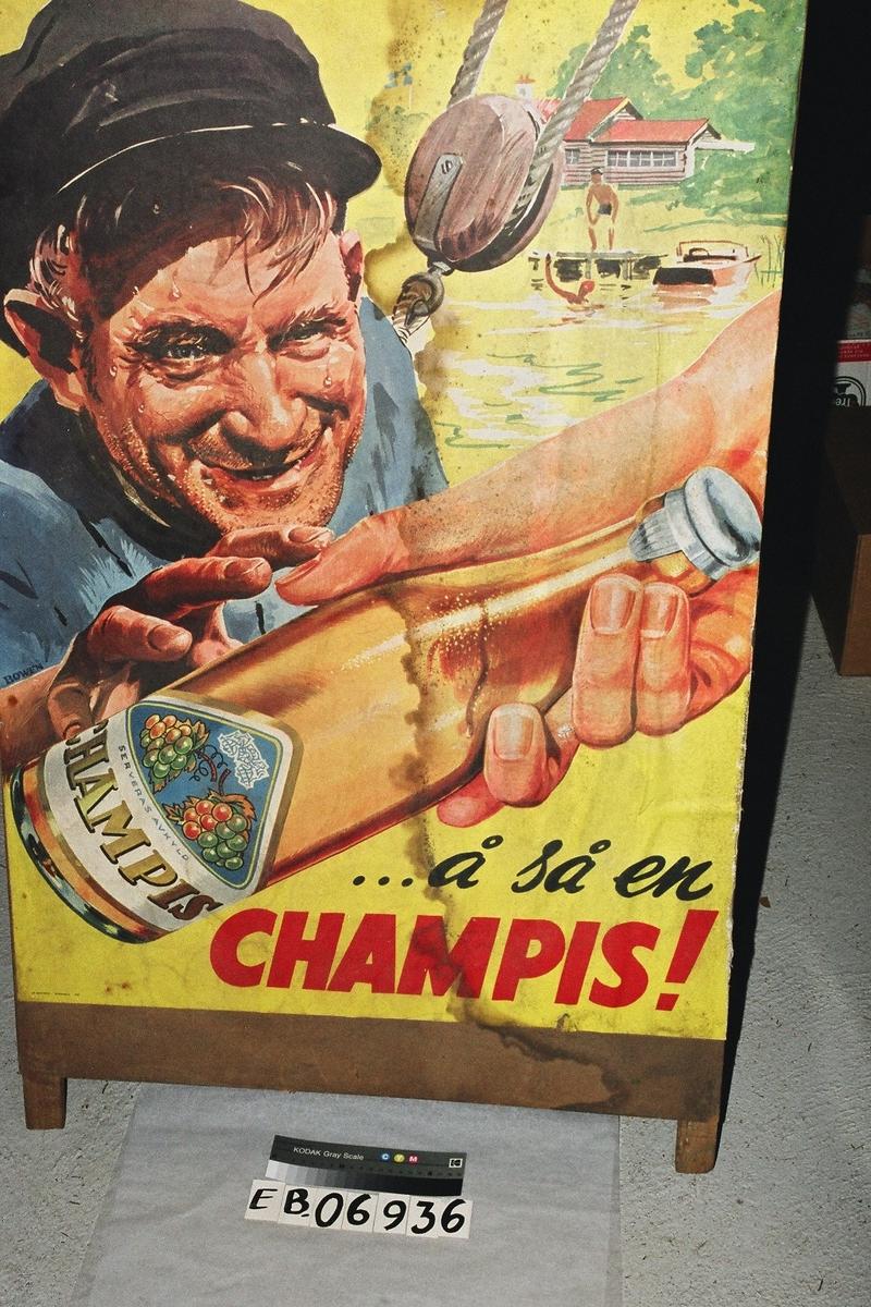 """En stygg og svett gammel mann, som grådig strekker seg etter en flaske """"Champis"""" som blir gitt ham av en utstrakt hånd.Den svette mannen har på seg skipperlue, og bak ham er det festet et heisetau. I bakgrunnen er det to stykker som bader ved en brygge foran et lavt trehus. Flaska den stygge mannen får overrekt har to drueklaser på etiketten, som det også står: Nytes avskyld. på."""