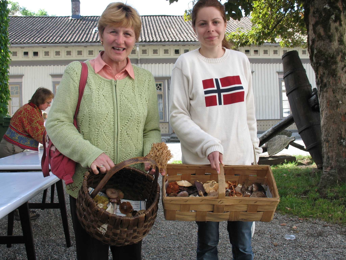Aust-Agder kulturhistoriske senter. Soppdagen. To damer med hver sin soppkurv.