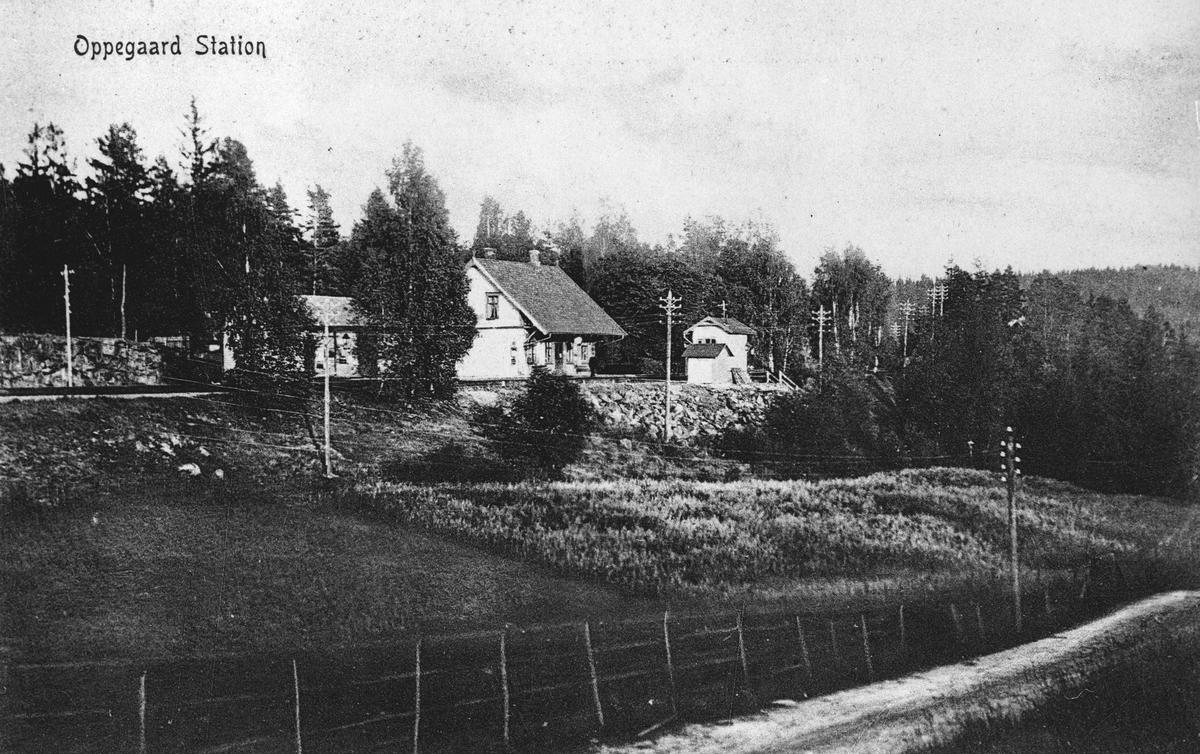 Oppegård jernbanestasjon, sett fra Sætrehøgda. Skiveien i forgrunnen.