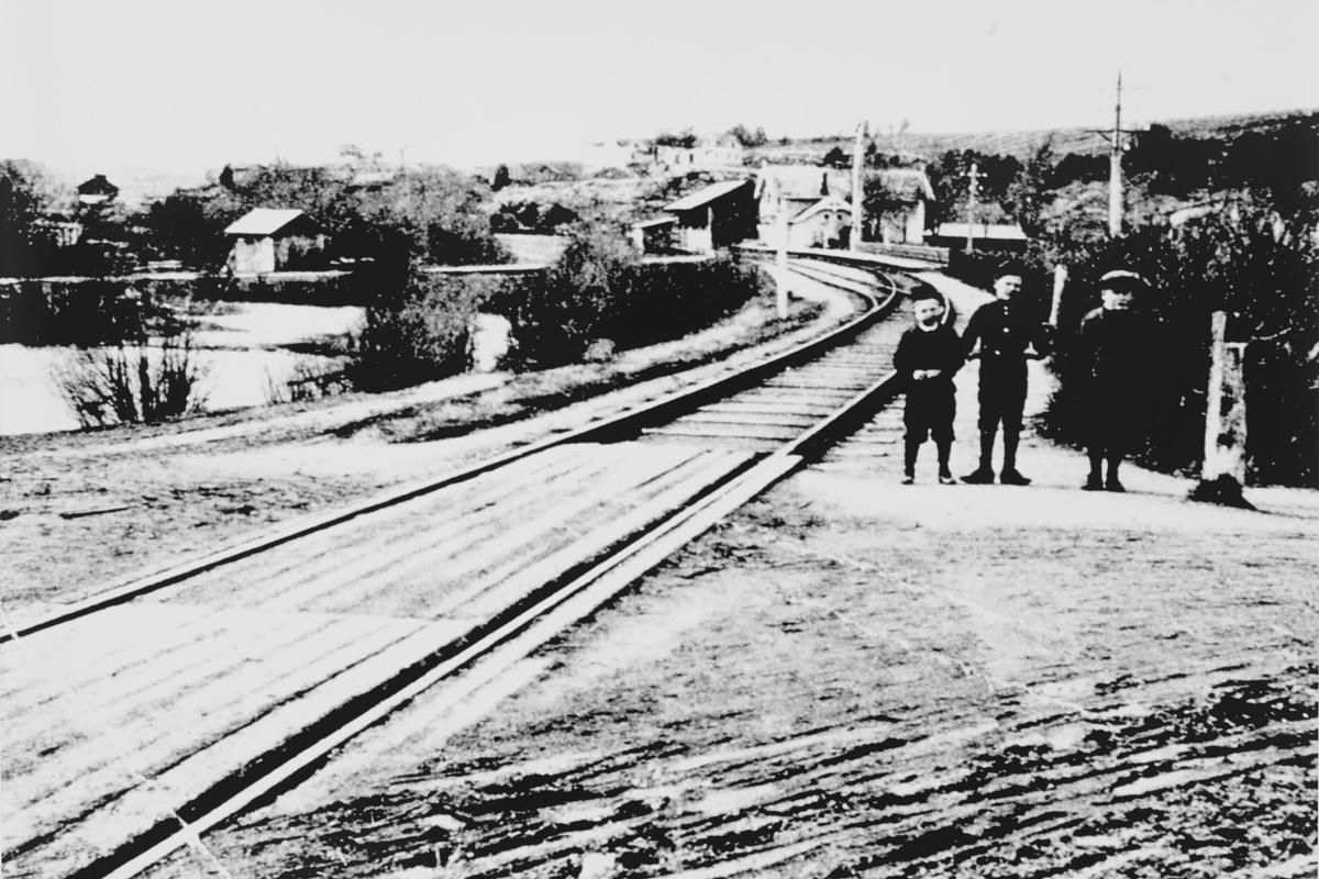 Tre små gutter ved jernbane sporet. Kongsvingerbanen.