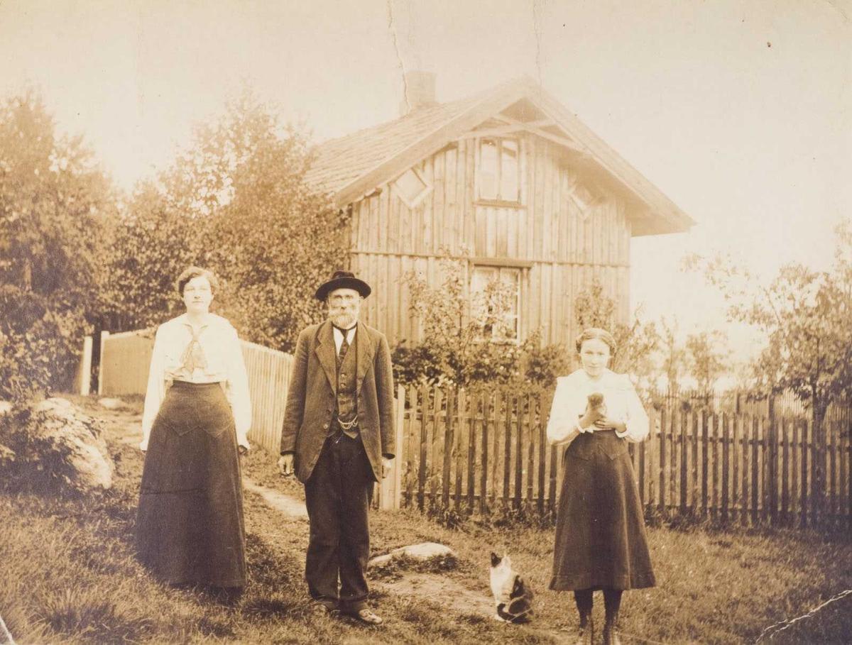 Søndagskledde folk på Frydenberg i 1917