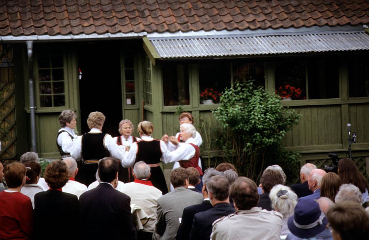 Asker Museum, Labråten: Åpning av Labråten som museum forsommeren 1996. menneskemengde foran hus med grønn inngangsparti.