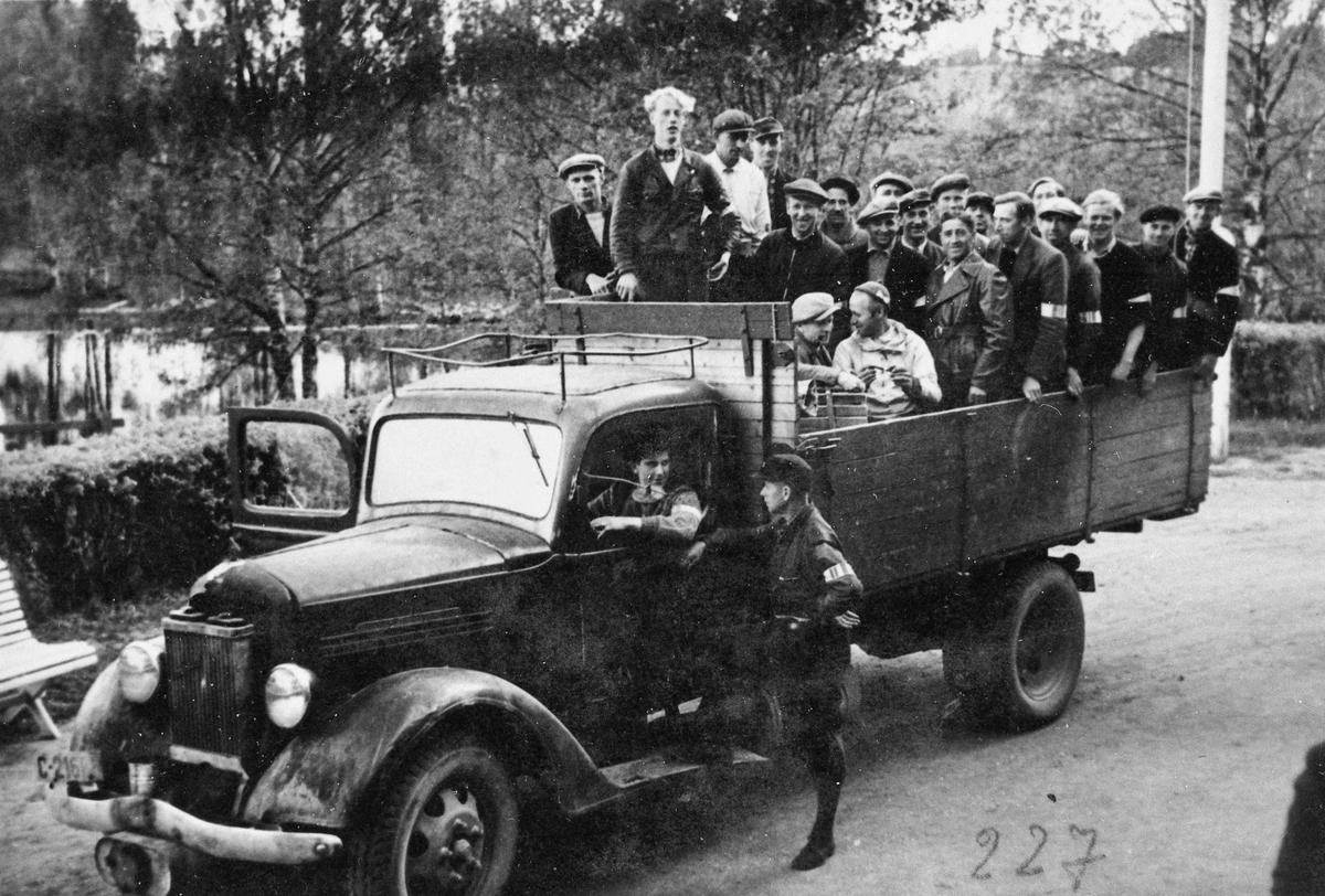 Etter frigjøringen i 1945. Eidsvoll Verk. Hjemmestyrkene. Sjåføren er Leif Sandberg. Troppsjefen er Birger Forberg.