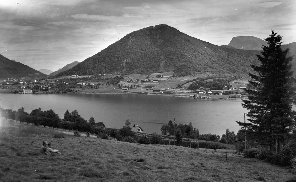 Fjellandskap ved fjord eller innsjø.