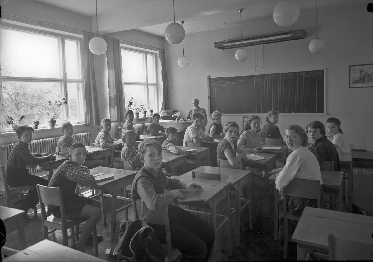 Skoleklasse 1939. Lærer Hauge på bildet. Han var på Stensby skole, kanskje også Råholt skole.