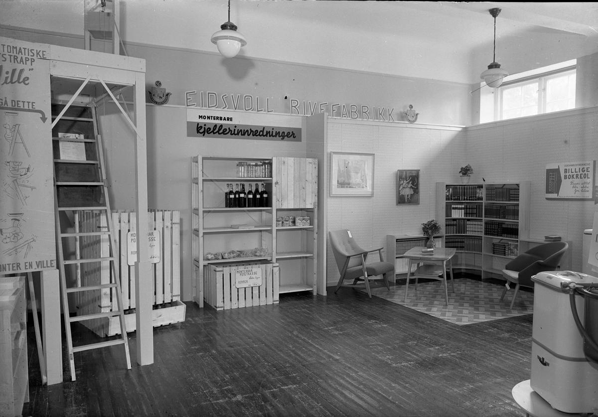 Fra Eidsvoll Bygdeutstilling i 1955. Stand for Eidsvoll Rivefabrikk.
