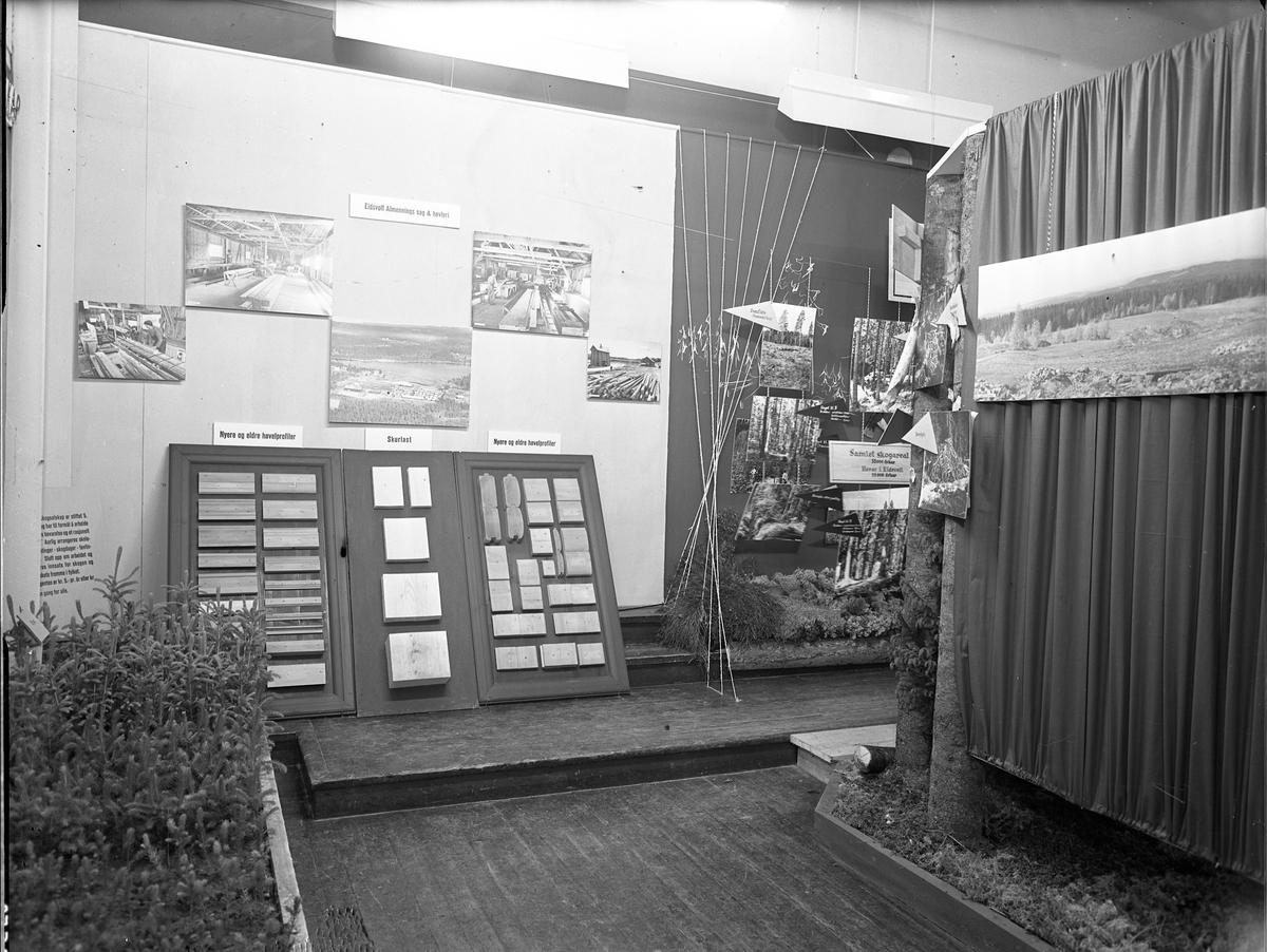 Fra Eidsvoll Bygdeutstilling i 1955. Stand for Eidsvoll Almennings sag & høvleri.