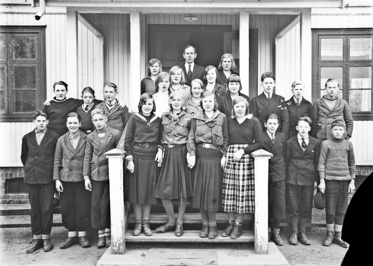 Skolebilde, 2 speidere. Lærer Otto Norheim bakerst. (Speiderbevegelsen ble forbudt 11. sept. 1941). Norheim var framhaldsskolelærer i Sørbygda.