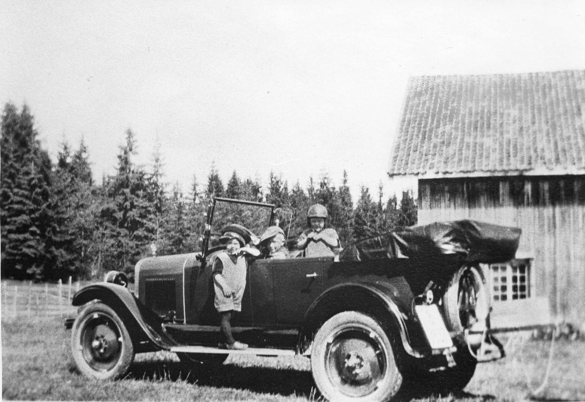 Åpen bil av 20-30 tallsmodell.