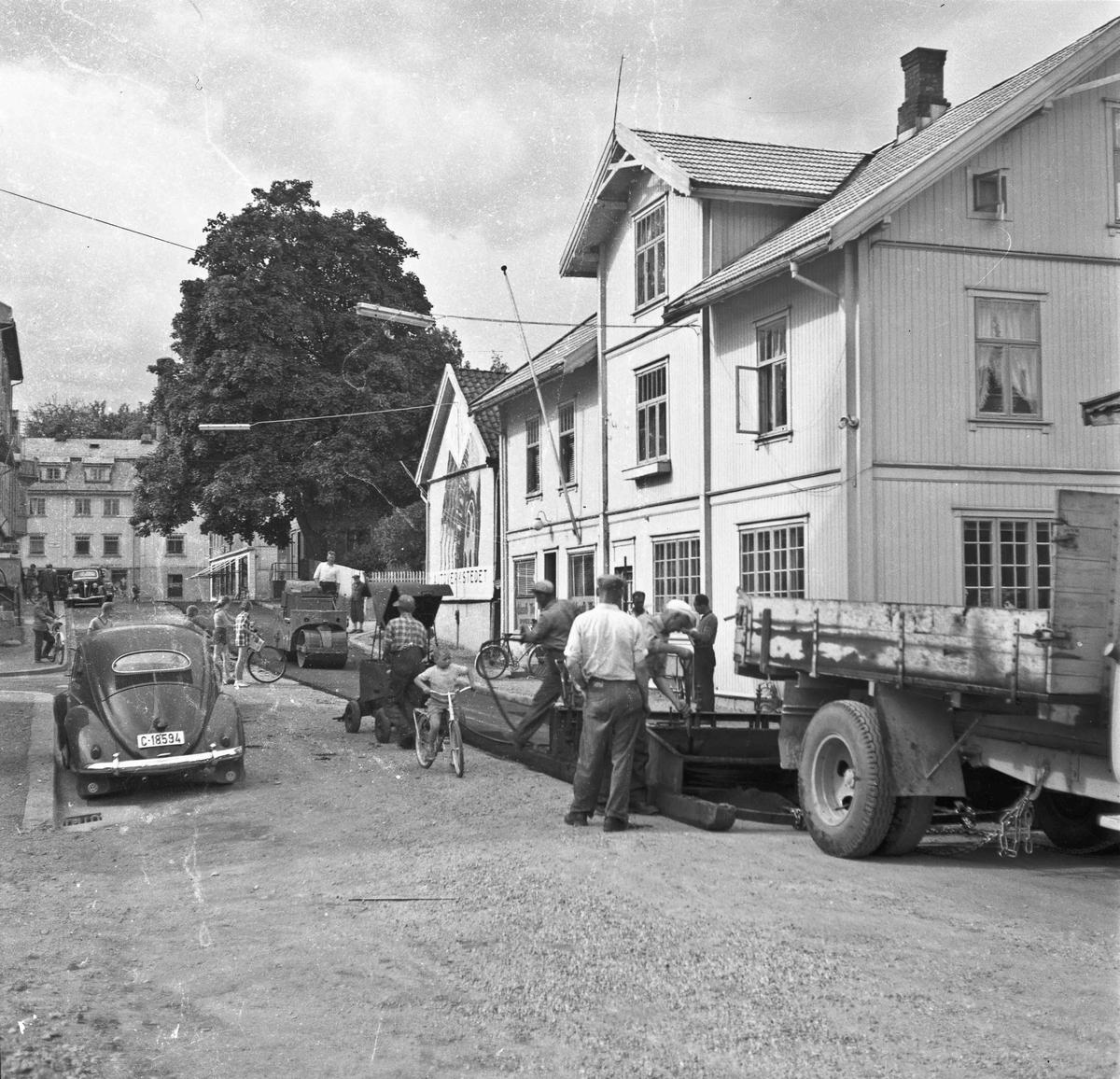 Sommeren 1957 ble gatene i Sundet asfaltlagt. Her arbeides det utenfor Eidsvoll Blads gård.