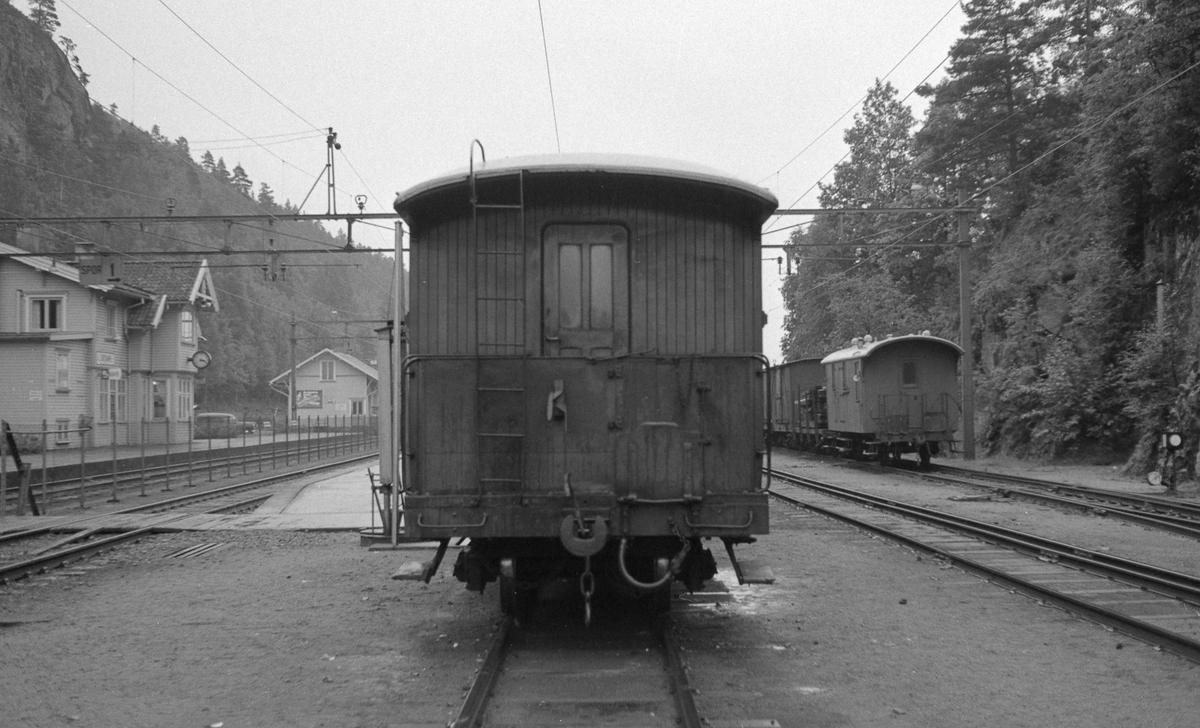 Grovane stasjon med diverse Setesdalsbanemateriell