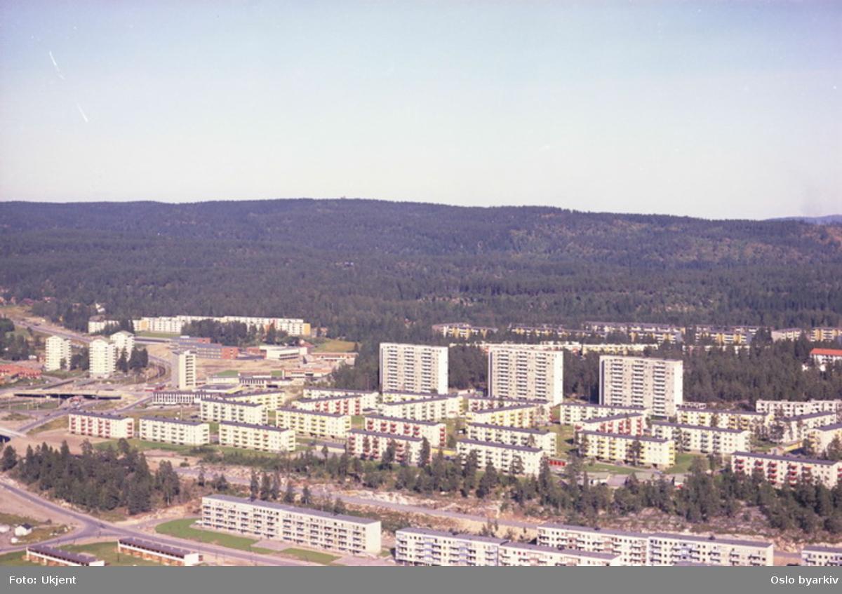 Boligblokker i Bølerlia og Bølerskrenten. General Ruges vei og Eterveien i front til venstre. Bak de nærmeste Boligblokkene er traseen til Østensjøbanen under bygging. (Flyfoto)