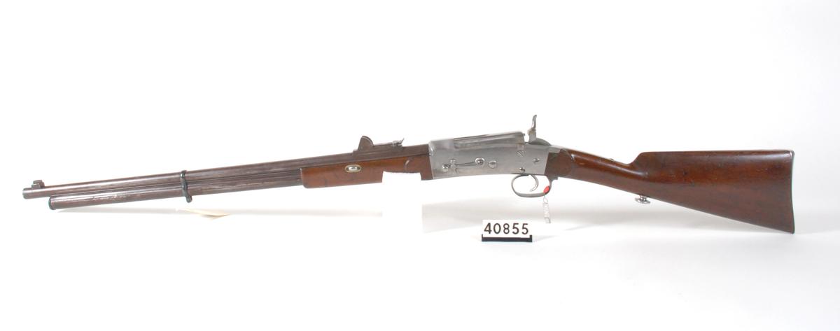 Krag 4``` magasingevær fra 1869 med relatvit åpent rørmagasin under pipen.