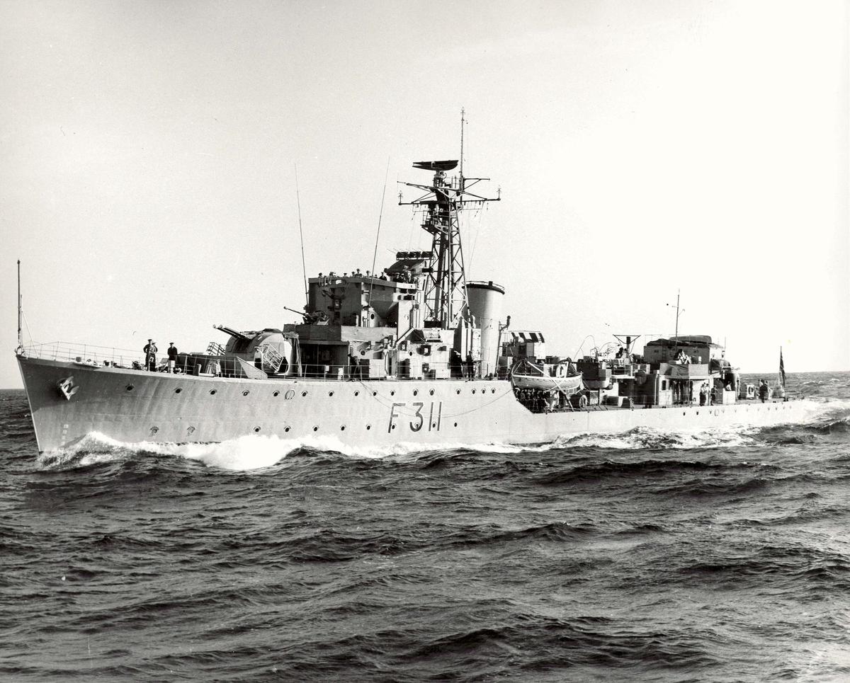 "Motiv: Fregatten KNm ""Tromsø"" (311) eskortejager.Styrbord bredside"