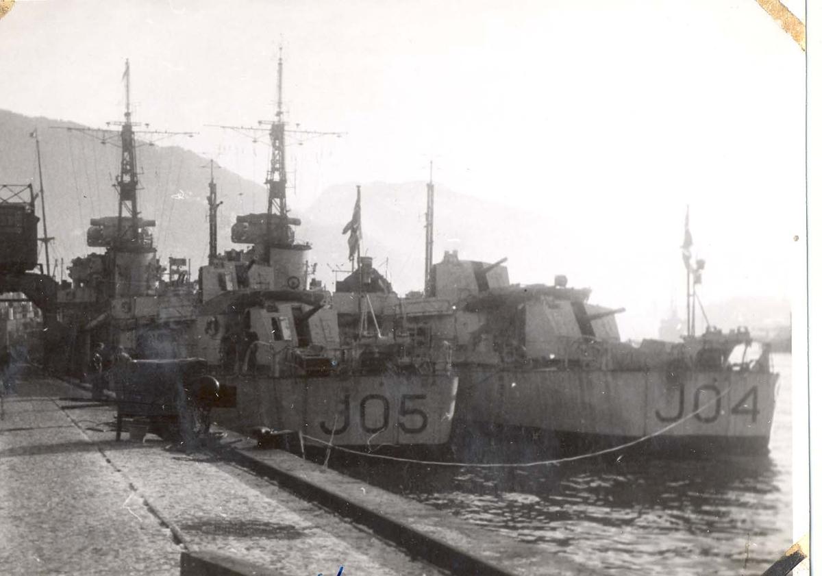"""Jagerne """"Trondheim"""" og """"Stavanger"""" på besøk i Bergen, februar 1947."""