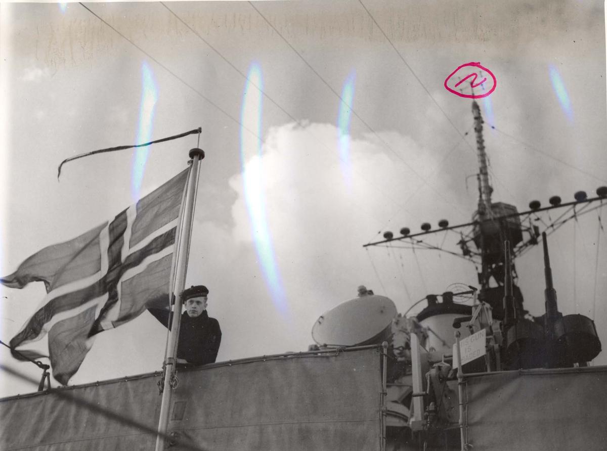 """Jageren """"Stord"""" blir overtatt av Den Norske Marine, 26.august 1943. Gast ved flagget."""