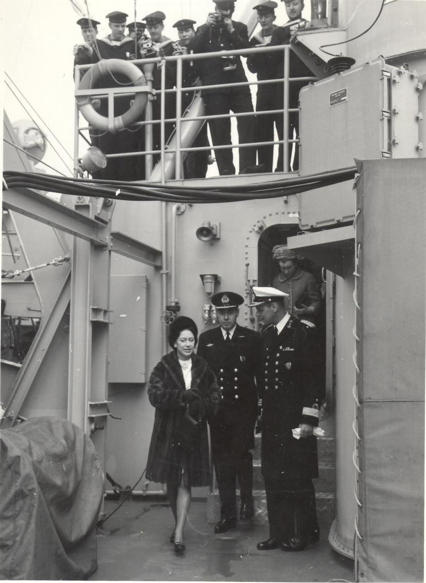 Enkeltbilde. Prinsesse Margaret besøker jageren KNM Stavanger i 1969.