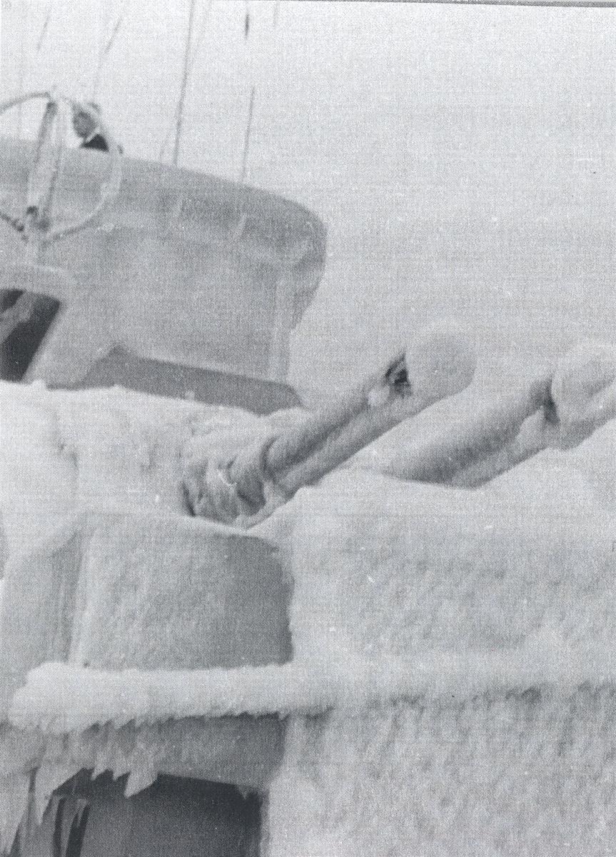 """KNM """"Draug"""" i Nord-Atlanteren på vinteren 1956.  Nediset kanontårn."""