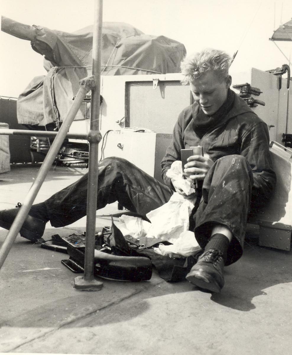 Fra livet ombord på en C-Klasse jager. Knokete arbeid på dekk.