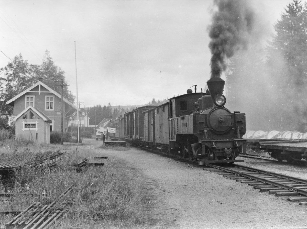 Lok 4 Setskogen avventer avgang fra Aurskog stasjon med tog retning Sørumsand.