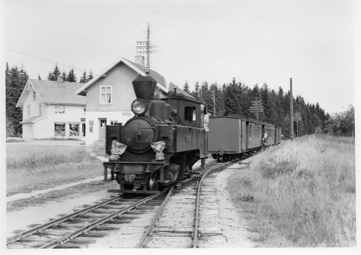 Lok 4 Setskogen skifter på Hjellebøl stasjon.