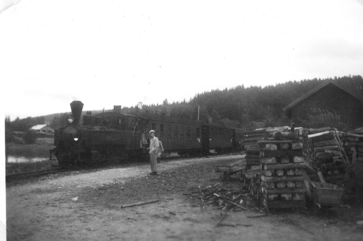 Tog fra Sørumsand ved Skulerud brygge. Damplok 6 HØLAND.