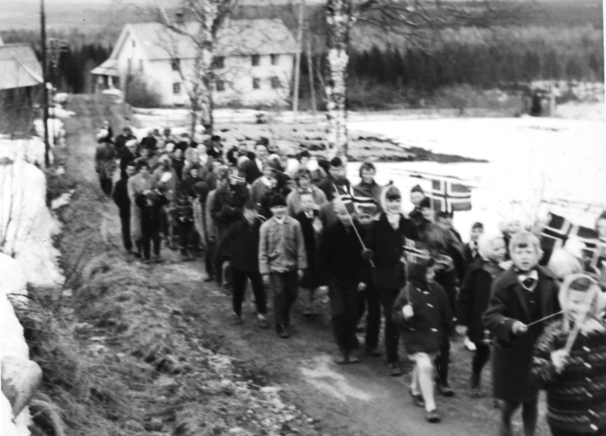 1. mai-tog med Nøkleby i bakgrunnen. Toget gikk fra Fjellhaug til Nøkleby og tilbake.