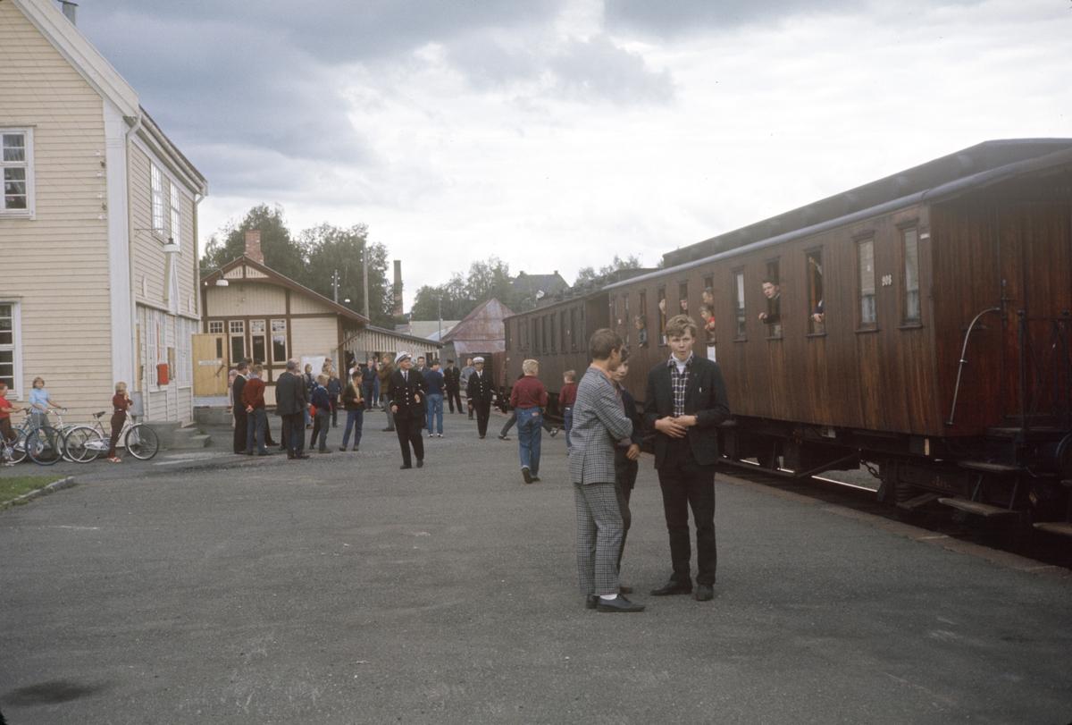 A/L Hølandsbanens veterantog til Skreia på Lena stasjon.