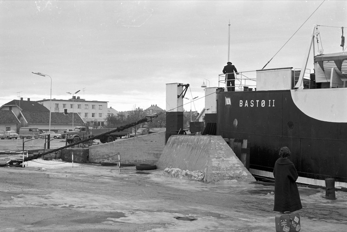 Serie. Fra Horten sentrum og Bastø-fergen, Horten, Vestfold. Fotografert febr. 1961. Skulptur av lekende bjørn.