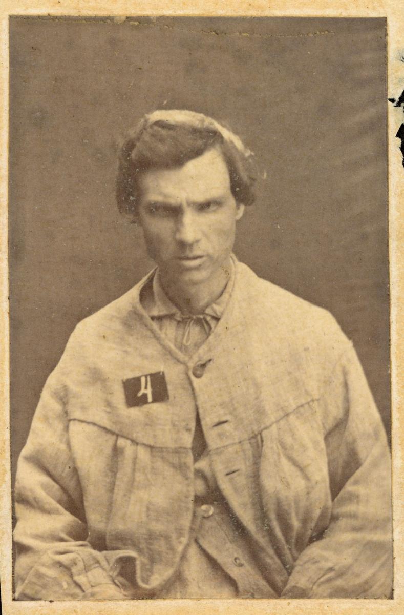 """Ur """"Photografiskt Album för år 1861 öfver fångar förvarade å Warbergs fästning"""". Fånge N:o 109 C.J. Kjellberg. Fjärde resan stöld. 40 år gammal, född i Ljungby sn., Kalmar län.  Rymmare från Landskrona fästning."""