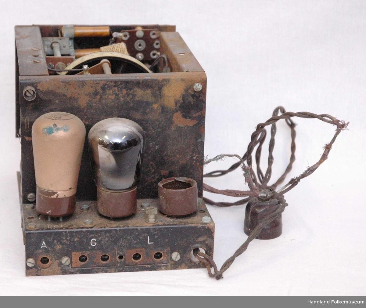 Tre radiorørholdere, to radiorør.