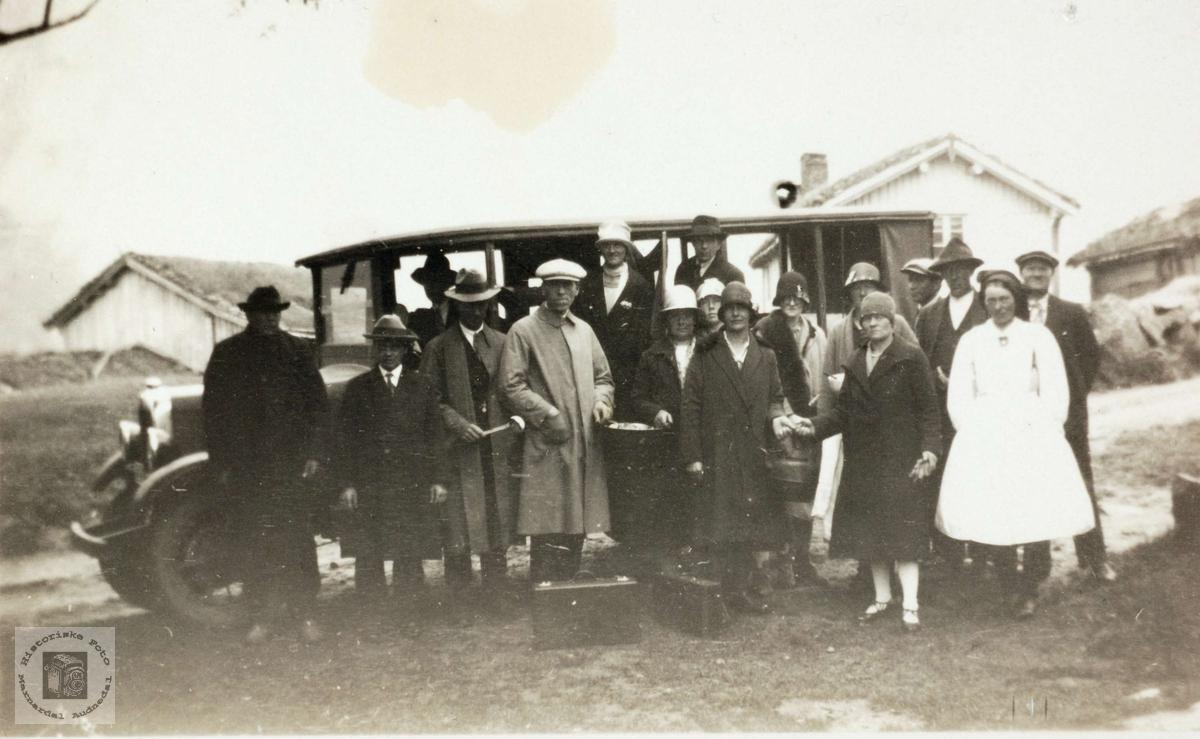Busstur til Setesdal i gamle dagar med personer fra Audnedal.