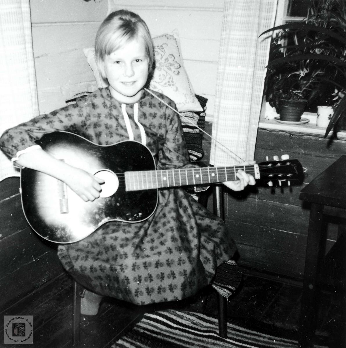 Portrett av gitarspiller Edith Iglebekk. Røtter i Grindheim Audnedal.