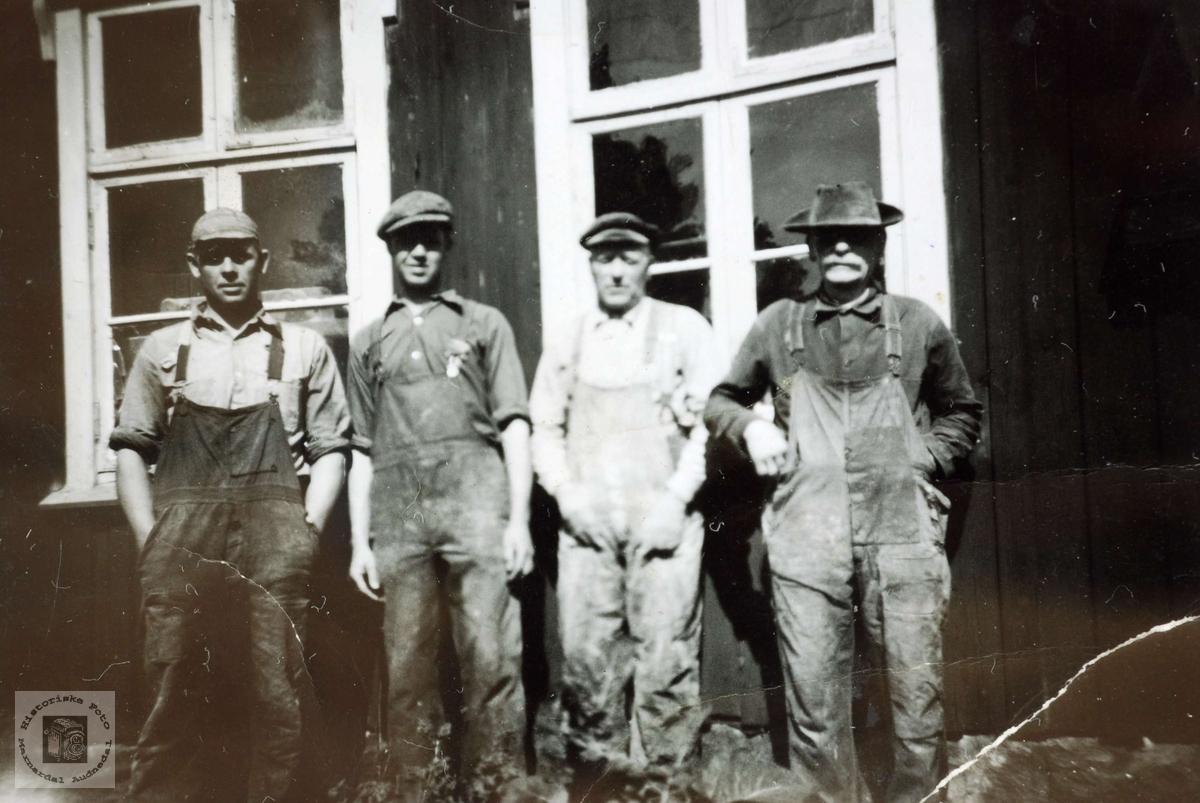 Arbeidere utenfor Lunden snekkerverksted på Sveindal før brannen i 1949