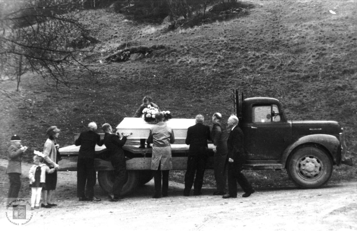 Gravferda til Anna Mindrebø, Bjelland.