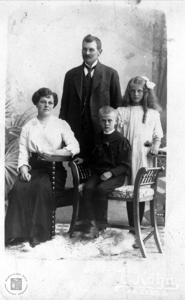 Familieportrett Olav, Svanhild, Helga og Trygve Bjerland, Bjelland.