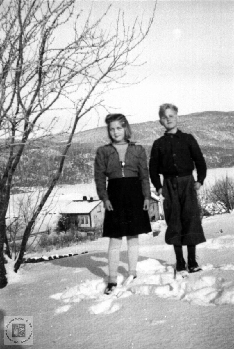 Søster og bror Olga og Kåre Abelseth, Ågedalstrand