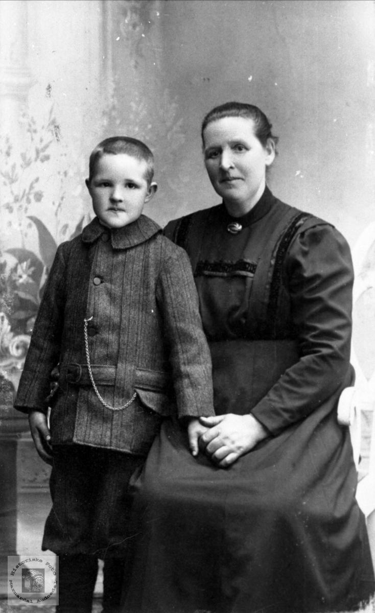 Portrett av mor og barn, Håkon og Kjersti Kylland.