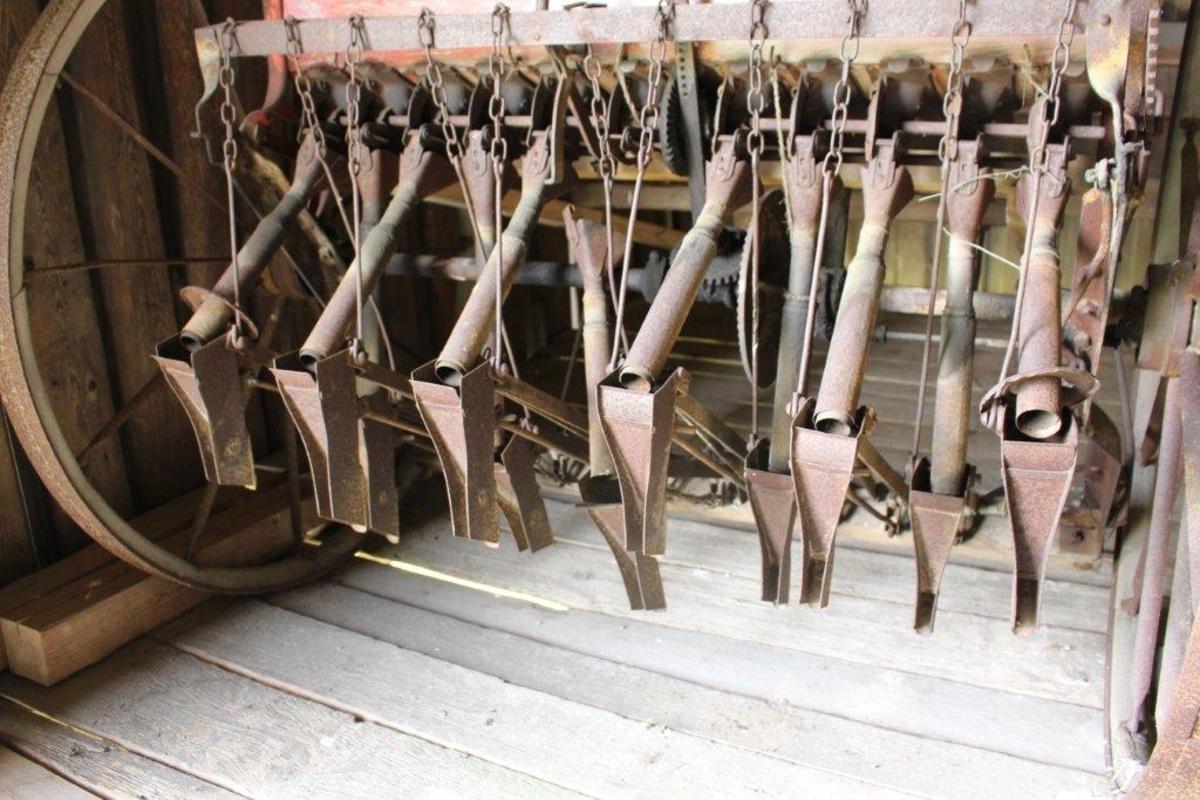 Hjul med trefelg og jernskoning. Elliptiske jerneiker. Såkasse av tre med endestykker av jernblikk. Teleskopsårør, 11 sålabber av blikk, ordnet i to rader. På kjørehjulsakselen er en skive for regulering av utsædsmengde.