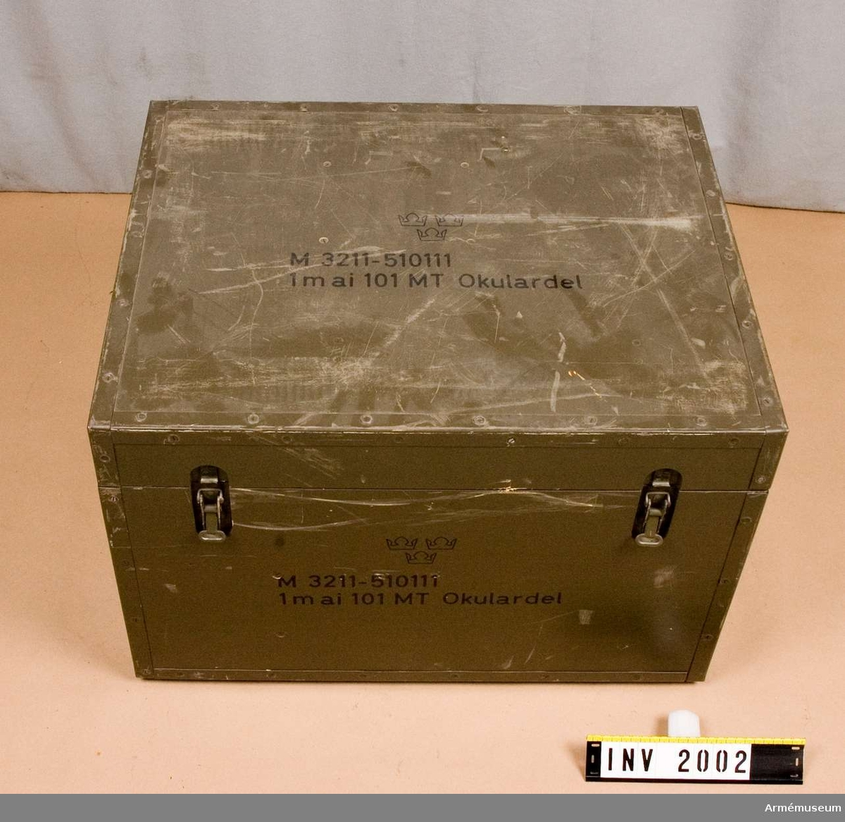Samhörande nr är 2000-2002.Transportlåda t avståndsinstrument 10 MT, basrör.Består av: 1 transportlåda, 4 solskydd, 2 ögonmusslor, 1 nyckel f torkpatron, 4 glödlampor, 1 kabel, 1 putsduk, 1 pensel, 2 torkpatroner, 1 bruksanvisning, 10 påsar m torkmedel.