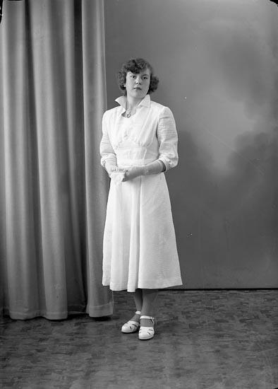 """Enligt fotografens journal nr 8 1951-1957: """"Larsson, Gulli Åker, Svanesund""""."""
