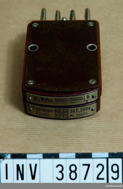 Grupp H II.  Samhörande nr AM.038720-AM.038733. Tolv stycken spolar och en kondensatorstabell i låda.