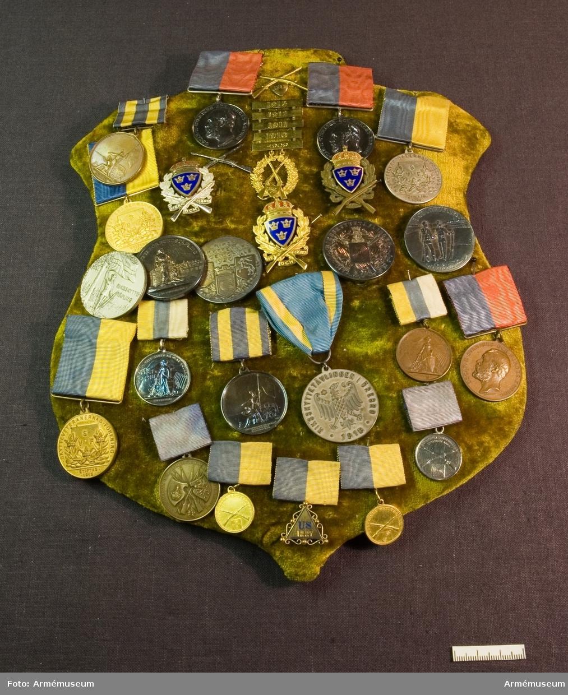 Grupp: M II. Bronsmedalj Skytteförbundets Belöningsmedalj. Placerad på sköld klädd med sammet tillsammans med AM.085881-906.