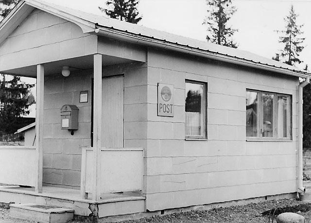 Postombudet vid Landön, som ligger mellan Östersund och Rörvattnet, har ingen stor postlokal, men det behövs heller inte då poströrelsen inte alls är omfattande.