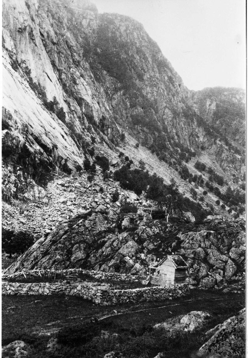 gravplass, skur, steingjerde, fjell.