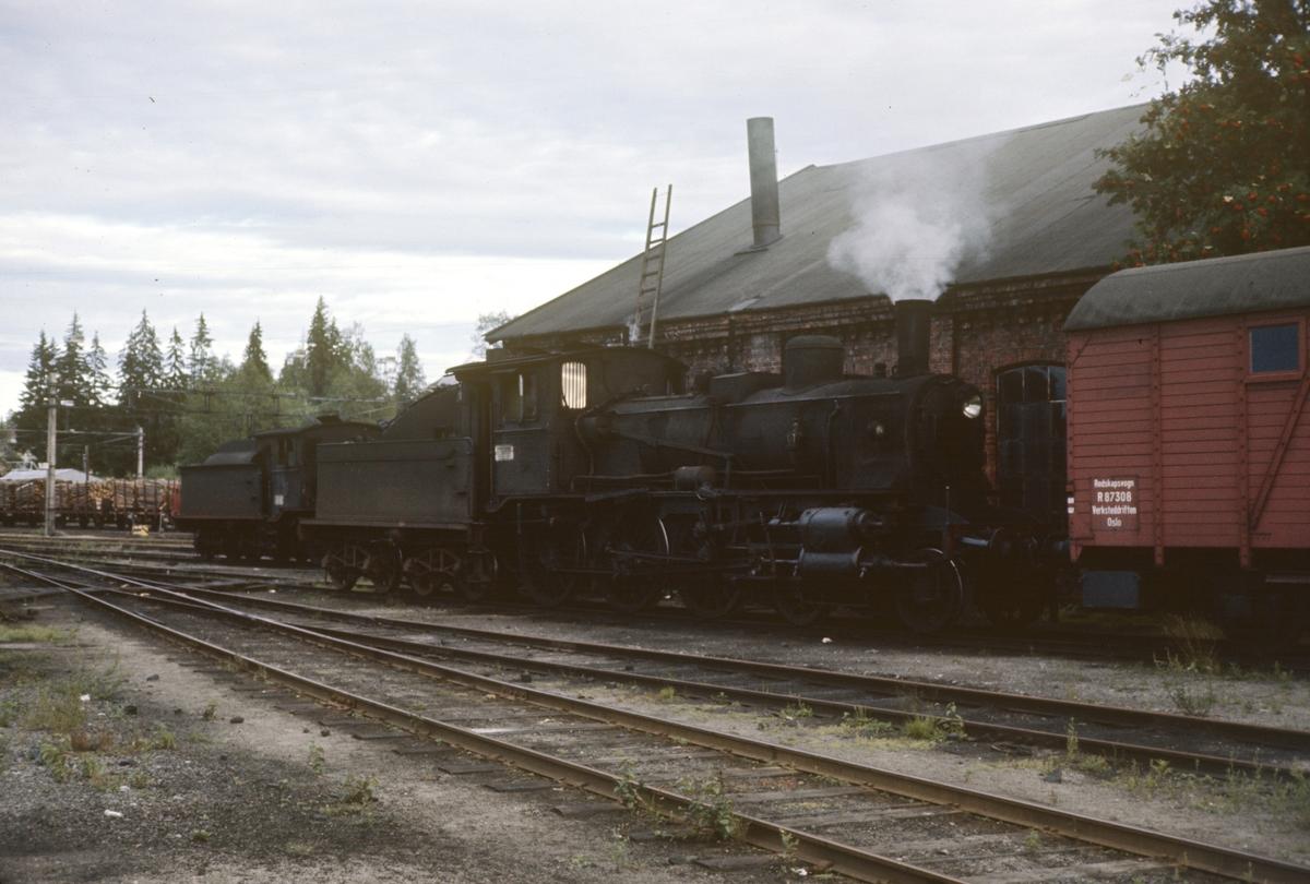 To damplok type 18 på Kongsvinger stasjon. T.v. 18c nr. 134, t.h. 18c nr. 245.