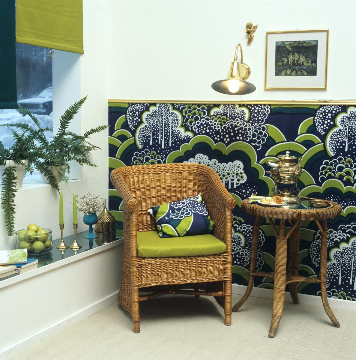 Innredning av lesekrok med tekstiler i grønne og blå farger. Kurvmøbler. Illustrasjonsbilde fra Nye Bonytt 1978.